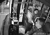 欲从公交后门上车遭拒 女子抢方向盘被刑拘