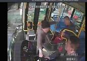 【刑拘】欲從后門上車遭拒 ,一女乘客兩次搶奪方向盤導致公交車失控