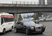 劳斯莱斯转弯未让直行全责,一撞损失了20万,马自达司机:吓死了