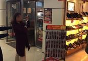 向老公索要零花钱买衣服鞋子被拒 她竟去商场里偷来穿