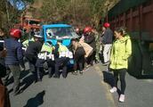 惊险!发生车祸两人被卡车内,民警群众合力抬车救人