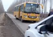 奥迪车耍横不让道?一车学生被困校车近40分钟 司机被迫绕行6公里