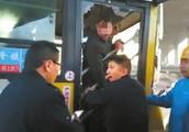 拉拽公交司机致车祸 德阳一男子被刑拘