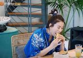 """袁咏仪""""不顾形象""""大口吃汉堡,有谁注意张智霖表情?太真实了"""