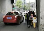 娃娃上学路上人车打挤存隐患 交警现场与家长探讨解决方案