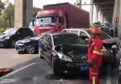上海闵浦大桥发生十余辆车相撞事故 有车受损严重