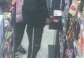 男孩四次光顾无人超市偷盗 一张朋友圈秀恩爱照片让其落网