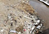 怪不得何家沟总是很脏,原来上游有人倒垃圾