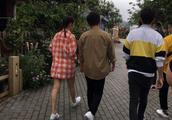 宋祖儿搭档黄渤开餐厅,穿上踩雷装生图却还超抢眼,最近衣品很皮
