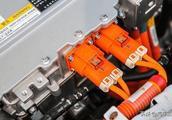 新能源汽车电瓶更换一次要6万元?车主:这怕是想钱想疯了吧