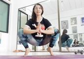 简单的瑜伽动作,通过梳理人体中的气流来达到调节情绪的目的