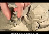 动力沙不同于普通的沙子,它不会粘手而且坠落时像水一样