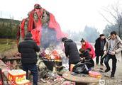 """石头被当""""神灵""""祭拜 数十年香火不断 香客来自全国各地"""