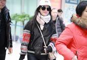 刘亦菲机场演绎混搭运动风,修身打底裤暴露身材缺陷