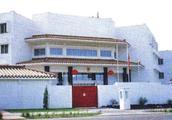 """一个令人哭笑不得的中国大使馆,没墙没床没门仅有三间""""破草屋"""""""