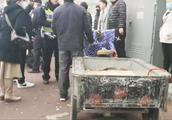 """""""看见警察你就掉头呀"""" 民警在北京广安胡同严查超标电动三轮车"""