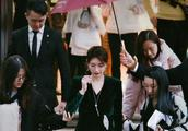 江疏影穿着金丝绒连衣裙出席活动,获专人打伞伺候,如同女王出行