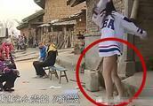 变形计女孩被讽有损形象,无奈当街掀裙子证明自己,结果打脸众人