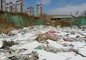 残土堆旁咋变成垃圾场,经常有人在这儿扔垃圾