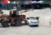 因劳资纠纷,男子开铲车故意反复撞击小轿车,致一死一伤