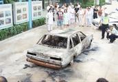 太嘚瑟容易出事,男子刚买的车就自燃着火了