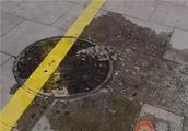 没人管?即墨大润发南侧人行道污水横流!