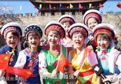 大理古城南门快闪《我爱你中国》引无数游人深情高歌 祝福祖国越来越强大