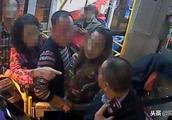 女子带狗上公交,被拒后对司机进行辱骂拍照,乘客怒了!