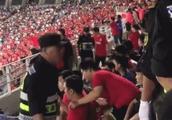 揪心!国足球迷现场观战突发疾病抽搐 仍坚持看比赛