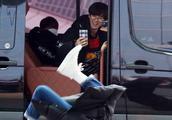 EXO队长金俊勉机场翻跟斗的惩罚任务?灿烈边拍照边乐得不行