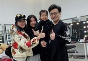 汪峰在重庆开演唱会 章子怡带俩女儿去捧场 醒醒越来越漂亮了