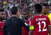亚洲杯再现争议1幕:全队球员将主裁判团团围住,国足8强对手受益