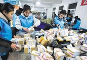双12快递再创新高 邮政局呼吁包容理解快递员