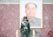 北京:帅气兵哥哥 风雪中执勤的天安门广场卫士