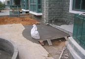 外国人聪明!庭院地坪当车道用都不开裂,原来在下面偷偷铺了层网