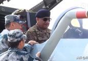 巴基斯坦军方两位重量级人物参观歼-10C座舱,购买意向越发明确