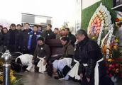 实拍当年赵本山父亲去世场景:葬礼规模庞大,车队一二百米!