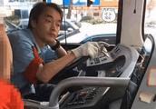"""公交车上现""""翻拍张国荣"""",网友纷纷表示:真的太像了"""