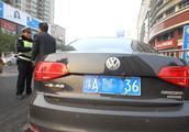 郑州单双号限行首个早高峰:车流量下降明显,多辆双号车现场被拦