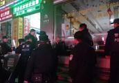 男子当街持刀劫持女孩欲勒索10万元,公安局长空手夺刀将其制服!