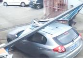 急送老人去看病 车撞毁停车杆 管理员拦着不让走 两人起冲突厮打