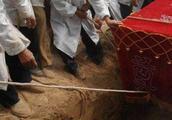 江苏农民为母挖坟,挖出异物引来盗墓贼,回绝50万天价赶忙上报