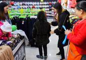农村妯娌上街买衣服,12岁小孩过生不知买啥样,大家看买的合适吗