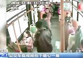 公交车载视频拍下暖心一幕,老人腿脚不好,热心女孩帮老人系鞋带