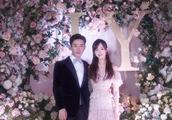 唐嫣婚后现身机场,被粉丝们围着要喜糖,婚戒和手机锁屏格外抢镜