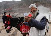 黄河壶口瀑布景区牵毛驴的大爷为安泽口杯酒称赞