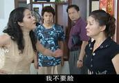 二妹替哥哥进拘留所,小妹却不知悔改,仍然为骗子男友辩护