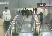 小女孩上海地铁推婴儿车下自动扶梯,连人带车翻滚跌落!妈妈在…
