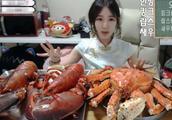 网红直播吃大龙虾炫富,却被网友发现作假:把我当三岁小孩?