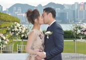 阿娇和老公赖弘国邀众亲友见证注册结婚 维港风景前拥吻浪漫甜美